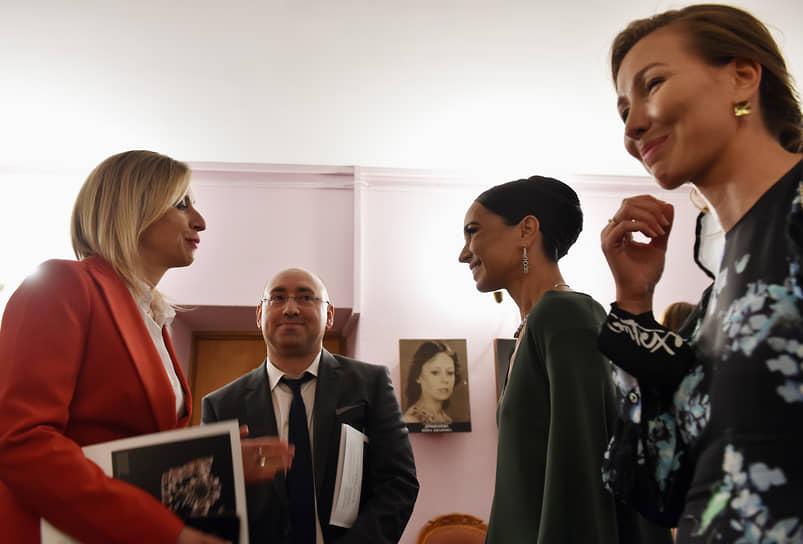 Директор департамента информации и печати МИД России Мария Захарова (слева) и балерина Диана Вишнева (вторая справа) перед началом спектакля «Шут. Шахерезада»