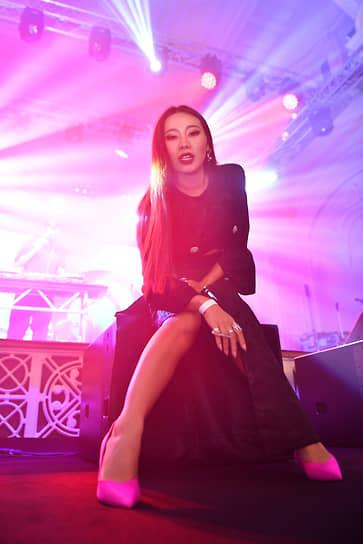 Актриса, режиссер Ян Гэ перед началом закрытого концерта группы Maneskin