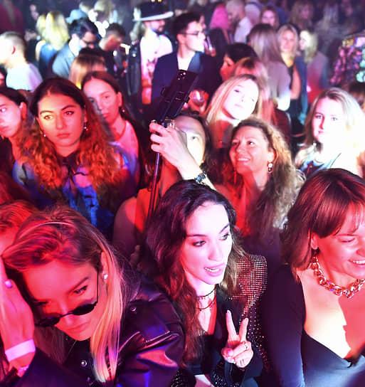 Певица Виктория Дайнеко (в центре) на закрытом концерте группы Maneskin в ГУМе