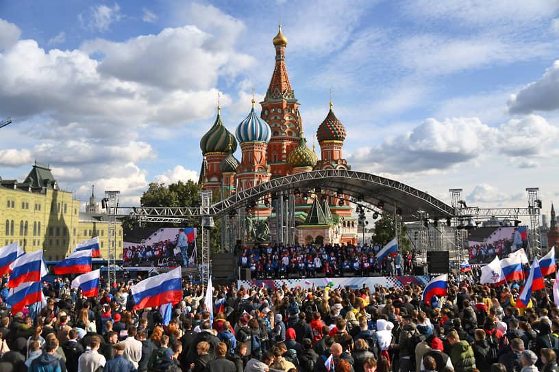 После возвращения паралимпийцев ждала праздничная поездка по Москве, конечной точкой которой стала Красная площадь. Поздравить участников Игр собрались их родные и близкие, а также представители спортивных федераций, известные артисты и деятели культуры