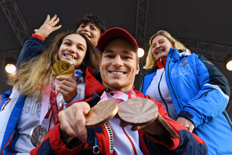 Российские пловцы Владимир Даниленко (в центре) и Виктория Ищиулова (слева) на церемонии чествования участников Паралимпийских игр