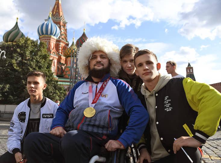 Российский легкоатлет Муса Таймазов (в центре) во время церемонии чествования российских спортсменов после XVI Паралимпийских игр