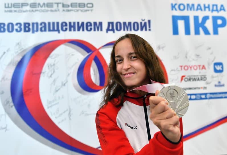 Призер Паралимпийских игр, легкоатлетка Елена Иванова в зале ожидания аэропорта Шереметьево