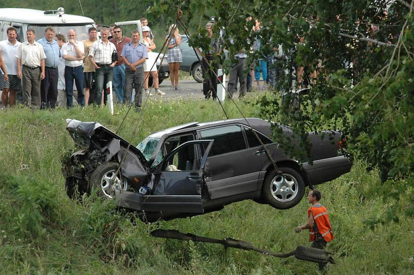 7 августа 2005 года на трассе Бийск—Барнаул Mercedes губернатора Алтайского края Михаила Евдокимова вылетел в кювет после столкновения с автомобилем Toyota. Губернатор, его водитель и охранник погибли, жена Михаила Евдокимова получила серьезные травмы. 3 февраля 2006 года зональный райсуд Алтайского края признал виновным в аварии водителя Toyota и приговорил его к четырем годам лишения свободы. 23 марта Алтайский краевой суда под давлением общественности прекратил его уголовное преследование