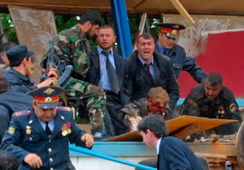 9 мая 2004 года при теракте на стадионе «Динамо» на торжествах ко Дню Победы в Грозном были убиты президент Чечни Ахмат Кадыров и ряд других высокопоставленных республиканских чиновников. Глава региона умер по дороге в больницу от полученных ранений. Ответственность за теракт взял на себя Шамиль Басаев, убитый спецслужбами позже в 2006 году