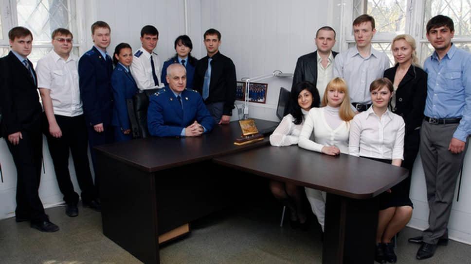 Бывший руководитель межрайонного отдела СКР Юрий Лущенков (сидит за столом)