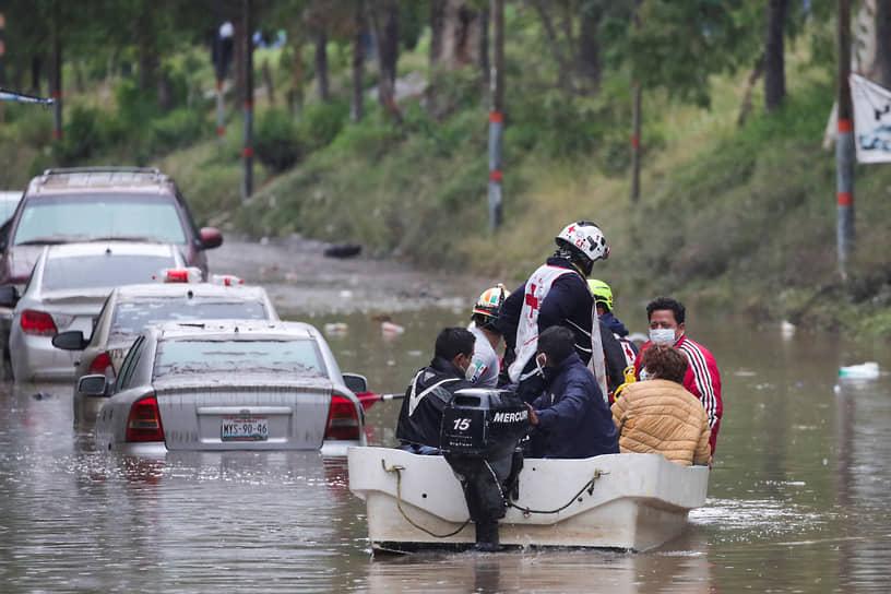 Тула, Мексика. Спасатели эвакуируют людей с затопленной территории
