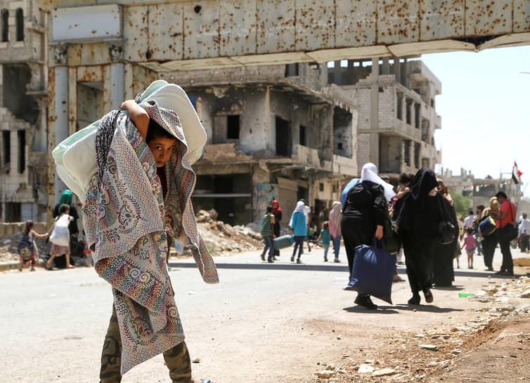 Деръа, Сирия. Мальчик несет вещи