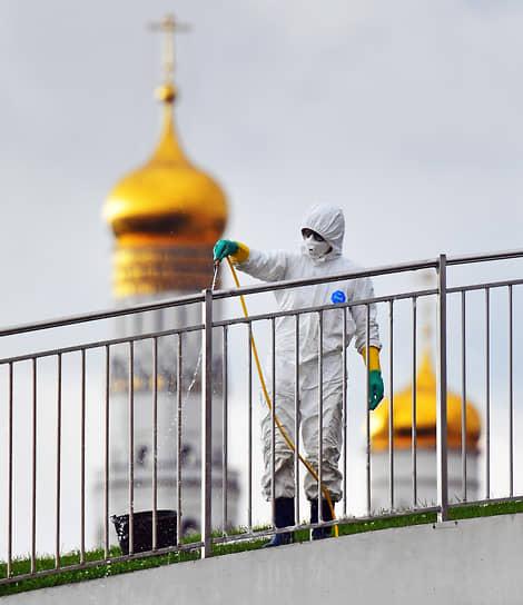 Москва. Обработка антибактериальным раствором моста в парке «Зарядье»