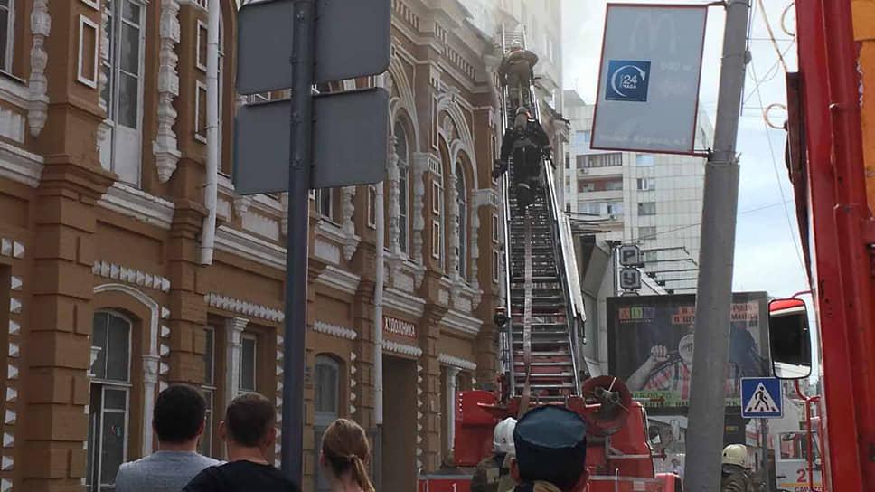 Саратовский «Дом художника» во время пожара в 2017 году