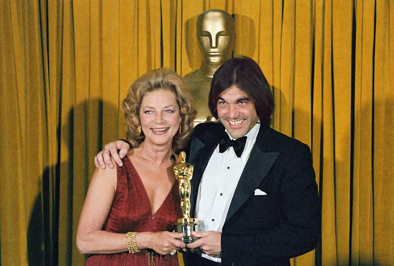 «От меня чересчур многого ждут. Я в принципе не способен оправдать такие надежды»  <BR>Известность режиссеру принесла вышедшая в 1978 году криминальная драма Алана Паркера «Полуночный экспресс», снятая по его сценарию. За этот фильм он получил свой первый «Оскар» (на фото). После Оливер Стоун еще дважды становился лауреатом этой премии, но уже как режиссер: в 1987 году за киноленту «Взвод» и в 1990-м — за фильм «Рожденный четвертого июля»