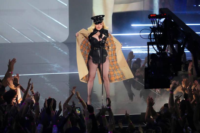Певица Мадонна во время выступления