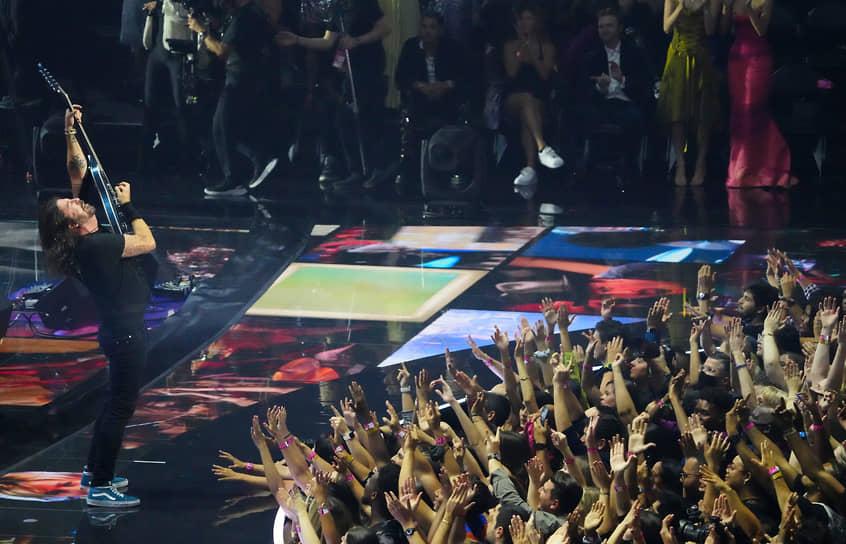 Группа Foo Fighters (на сцене) была номинирована в категории «Лучшее рок-видео»