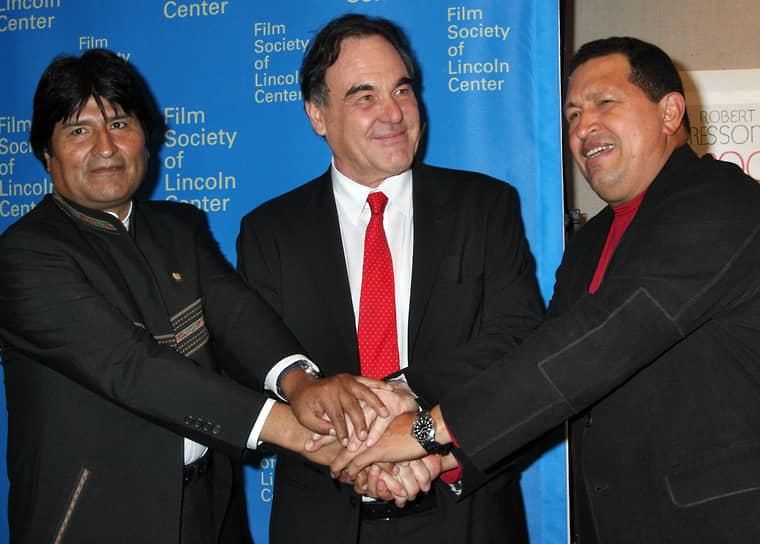 «Я думаю, очень важно понять точку зрения Путина, а также Кастро, Чавеса»  <BR>В 2009 году вышел фильм «К югу от границы», в который были включены фрагменты интервью с Уго Чавесом, Эво Моралесом, Раулем Кастро и другими левыми и левоцентристскими латиноамериканскими лидерами <BR>На фото слева направо: президент Боливии Эво Моралес, режиссер Оливер Стоун и президент Венесуэлы Уго Чавес, 2009 год