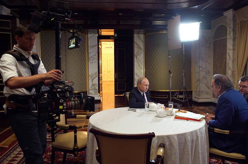 В 2017 году Оливер Стоун выпустил четырехсерийный документальный фильм «Интервью с Путиным» о президенте России. Кинолента вышла под слоганом «Знай своего врага» <BR> На фото: съемки фильма «Интервью с Путиным»