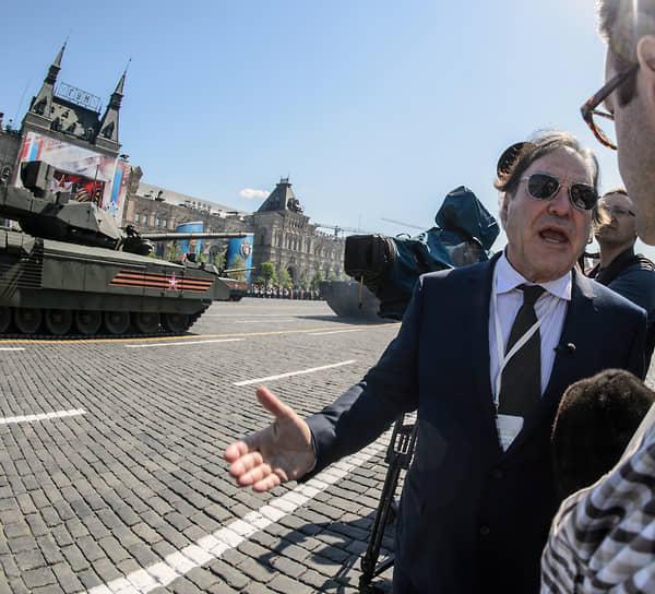 «В Штатах истерическое недоверие к России и клеветническое отношение к Путину. Это очень грустно. Потому что мы могли бы быть партнерами. Смешно смотреть, сколько денег США тратит на то, чтобы защититься от России. Это просто верх глупости» <BR>На фото: Оливер Стоун на параде на Красной площади в честь 71-й годовщины победы в Великой Отечественной войне, 2016 год