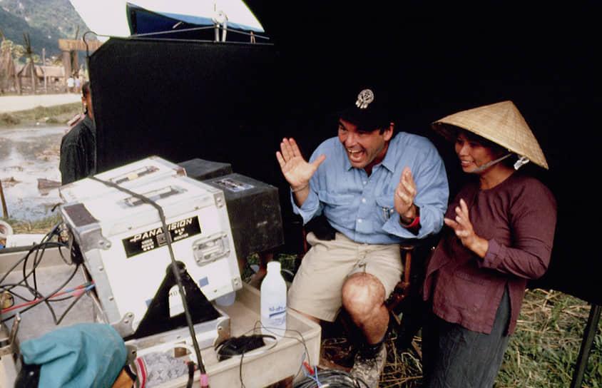 «В мире нет ничего хуже войны. И только те, кто испытал войну на себе, понимают это» <BR>Большим успехом увенчалась «вьетнамская трилогия» Оливера Стоуна. Первая картина цикла — «Взвод», основанная на личных воспоминаниях режиссера вышла в 1986 году. Кинолента получила четыре «Оскара», включая награду за лучший фильм. Две следующих картины трилогии также имели большой успех. «Рожденный четвертого июля» принес Оливеру Стоуну «Оскар» за режиссуру и «Золотой глобус» за режиссуру и сценарий <BR>На фото: Съемки третьей части цикла (1993 год) «Небо и Земля», показывающей войну глазами вьетнамцев