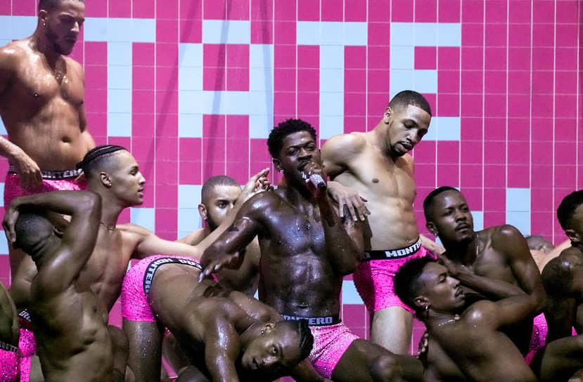 Выступление рэпера Lil Nas X (в центре), победившего в номинациях «Видео года», «Лучшая режиссура» и «Лучшие визуальные эффекты» с клипом на песню «Montero (Call Me by Your Name)»