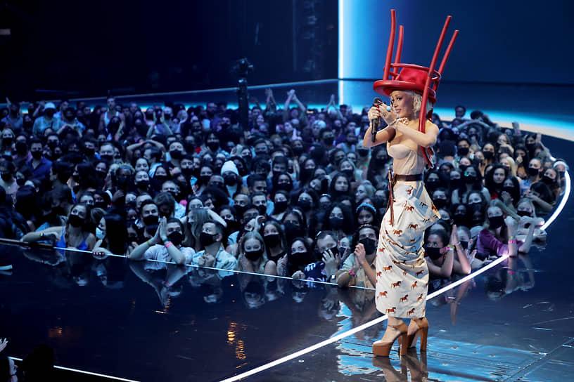 Певица Doja Cat (на сцене) также пела и снималась в клипе «Best Friend» исполнительницы Saweetie, который получил награду за «Лучшую художественную работу»
