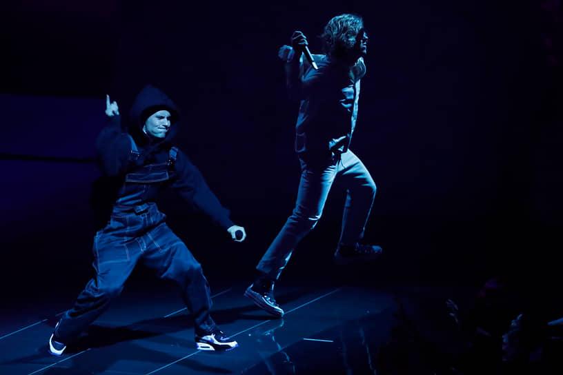 Выступление певца Джастина Бибера (слева), который получил награду в номинации «Артист года» и «Лучшее поп-видео» с клипом «Peaches», а также номинанта в категории «Лучший новый артист» рэпера The Kid Laroi