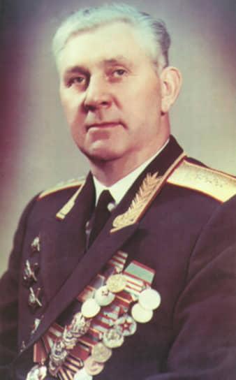 <b>Николай Захаров</b> <br>В 1953 году для обеспечения охраны руководящих кадров партии и правительства в составе объединенного МВД СССР было создано 9-е управление. С 1953 по 1954 год Николай Захаров занимал должность начальника 1-го отдела 9-го управления. Позже возглавил 9-е управление, а затем до 1970 был первым замглавы КГБ. В 1970 году назначен заместителем министра машиностроения СССР. В 1978 году ушел на пенсию, умер в 2002 году в Москве