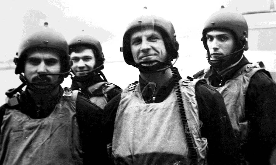 <b>Александр Матовников</b> (второй справа) <br>В 1980-х годах служил в антитеррористическом спецподразделении «Альфа». Воевал в Афганистане. В 1987 году участвовал в охране генсека ЦК КПСС Михаила Горбачева в Вашингтоне. Принимал участие в обеих чеченских войнах. В 2013 году был назначен на должность заместителя командира сил специальных операций вооруженных сил Минобороны. С 2018 по 2020 год был полпредом президента в Северо-Кавказском округе. С 2020 года — заместитель главнокомандующего Сухопутными войсками РФ