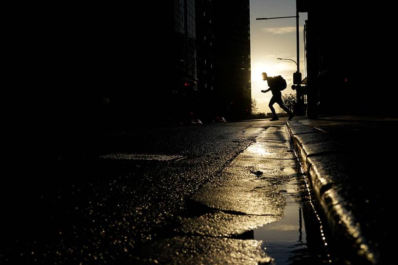 Сидней, Австралия. Одинокий пешеход на улице во время локдауна, введенного для борьбы с COVID-19