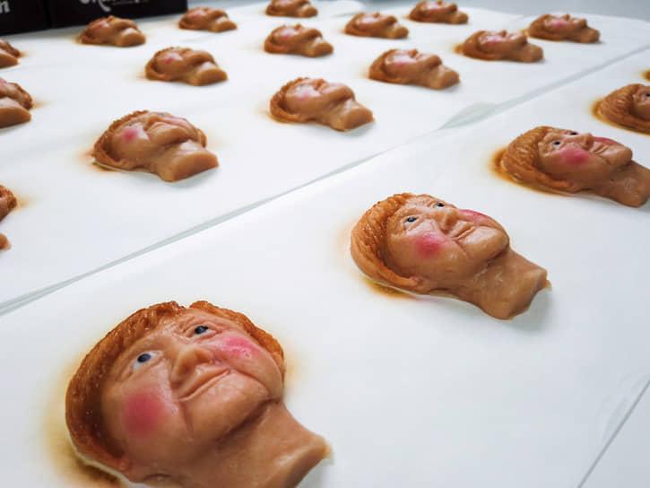 Вайльбах, Германия. Марципановое печенье с изображением канцлера Германии Ангелы Меркель, изготовленное немецким кондитером в преддверии выборов 26 сентября