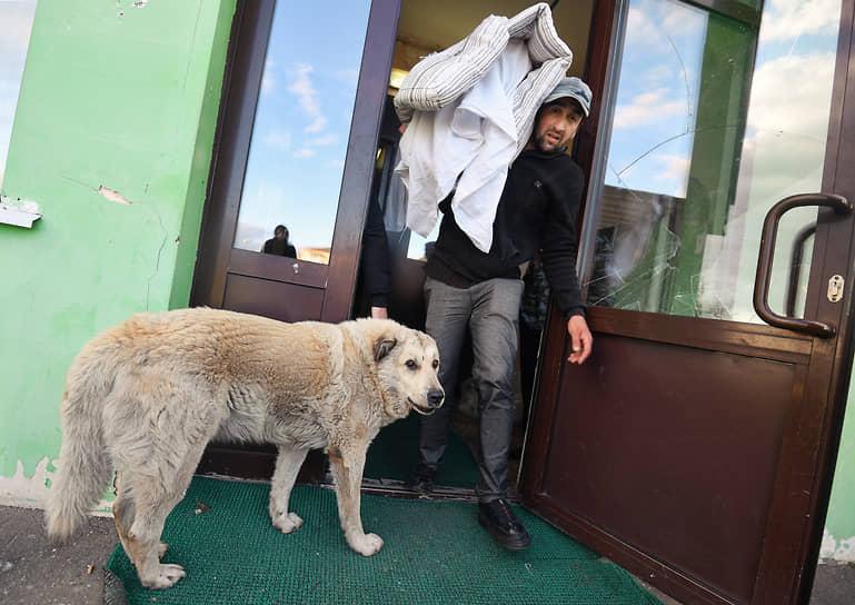 Бужаниново, Московская область. Выселение мигрантов из бывшего здания местной администрации, превращенного в общежитие для гастарбайтеров