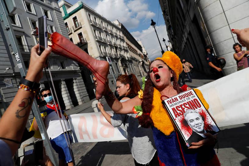 Мадрид, Испания. Активисты на митинге против визита президента Колумбии Ивана Дуке