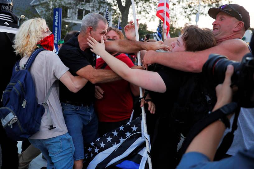 Бостон, США. Потасовка на акции движения «Back the Blue», поддерживающего полицейских