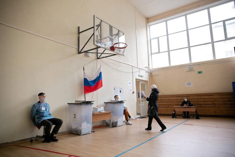 Екатеринбург. Избиратель на участке для голосования