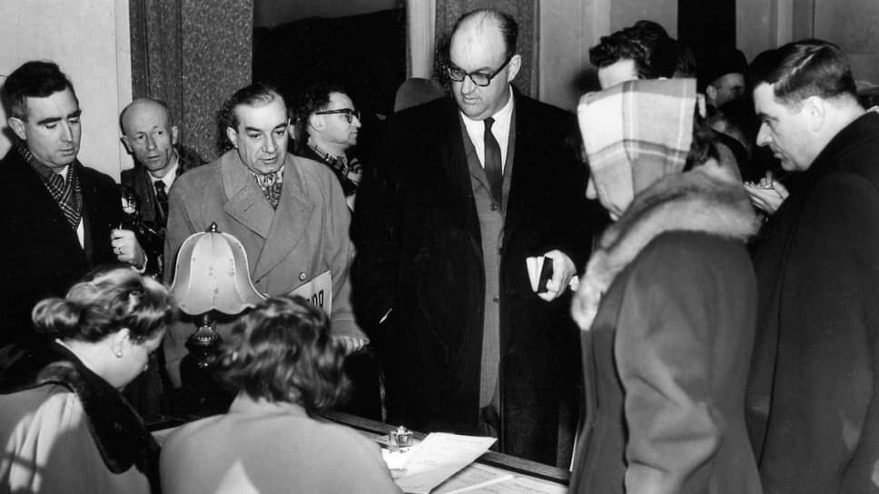 «Профессор Скэммон (на фото — в центре) и его коллеги посетили в Москве утром 16 марта два пункта для голосования, расположенные в Ленинградском районе».