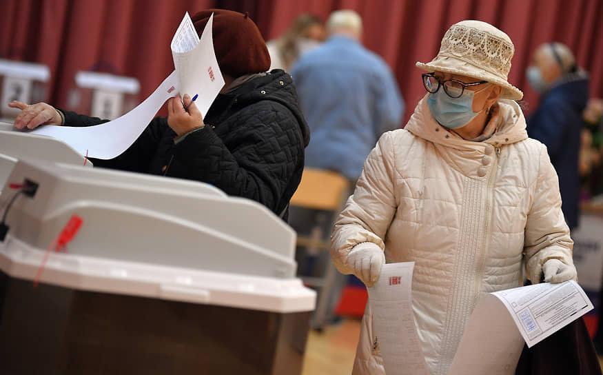 Москва. Избиратели во время голосования
