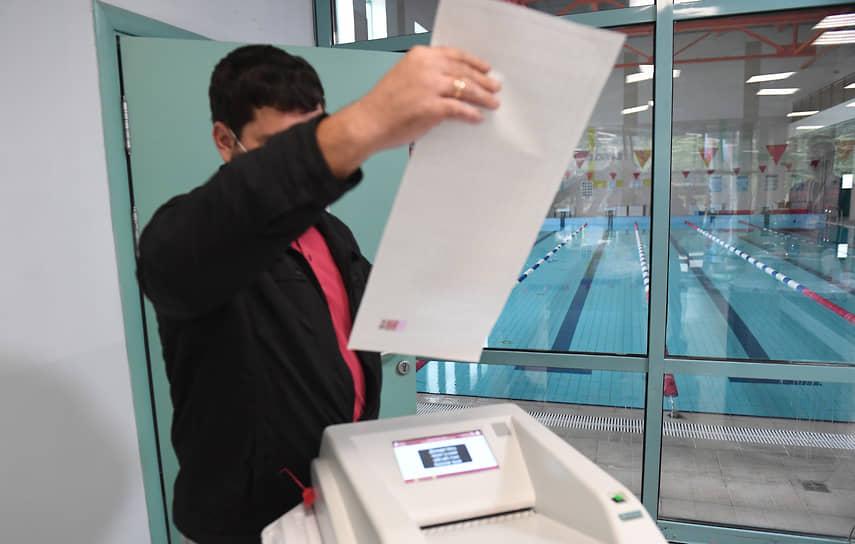 Москва. Избиратель во время голосования