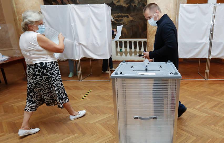 Волгоград. Избиратели во время голосования