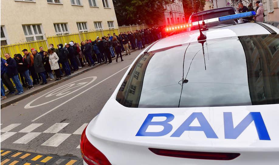 Москва. Очередь на голосование возле УИК №9