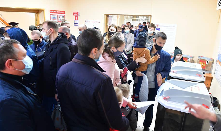 Москва. Избиратели на участке для голосования