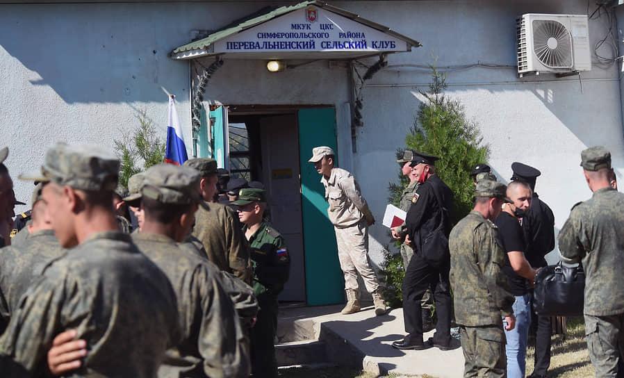 Село Перевальное, Крым. Военнослужащие перед входом на избирательный участок