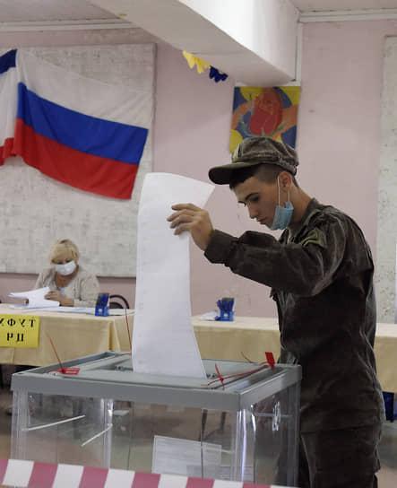 Село Перевальное, Крым. Военнослужащий на избирательном участке в помещении сельского клуба