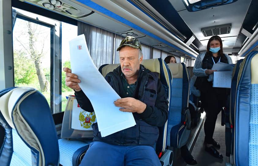 Село Петровское (Московская область). Избиратели на удаленном участке для голосования в автобусе