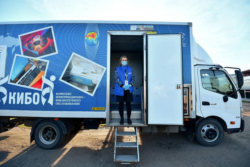 Деревня Чечевилово (Московская область). Сотрудник УИК перед входом на удаленный избирательный участок в автомобильном фургоне
