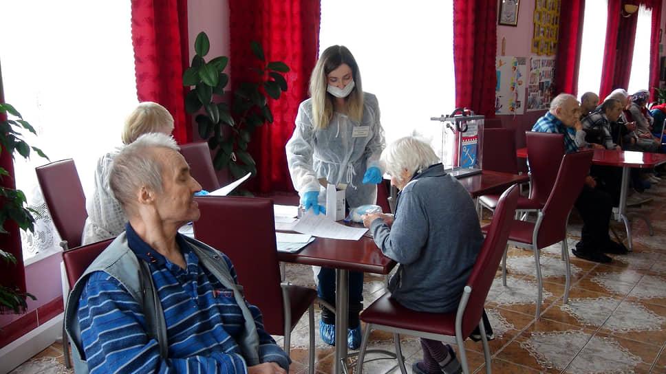 Деревня Васкелово (Ленинградская область). Избиратели во время выездного голосования в пансионате