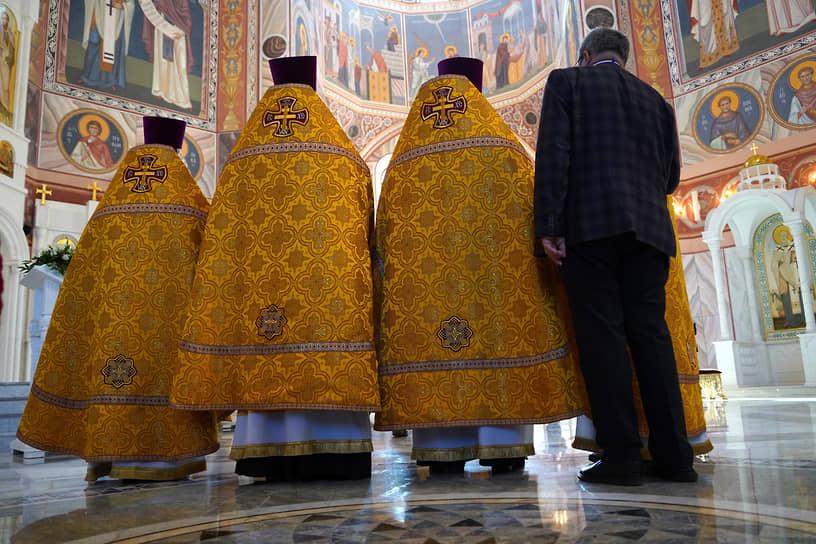 Волгоград. Священнослужители перед началом совершения чина великого освящения Александро-Невского собора и Божественной литургии