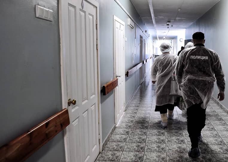 Новосибирск. Члены избирательной комиссии во время процедуры голосования в Центральной клинической больнице