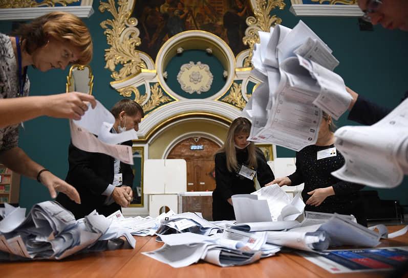 Москва. Подсчет голосов на избирательном участке на Казанском железнодорожном вокзале