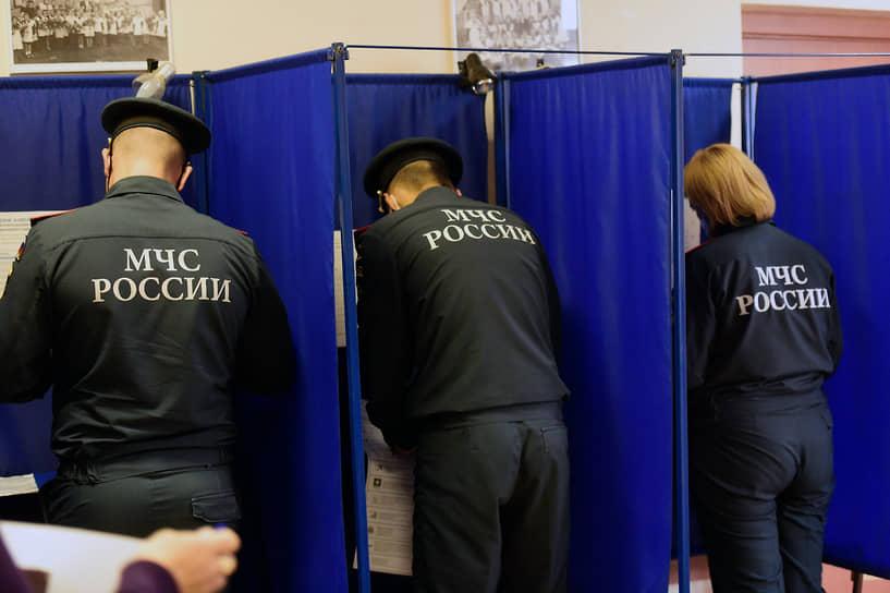 Новосибирск. Сотрудники МЧС на избирательном участке