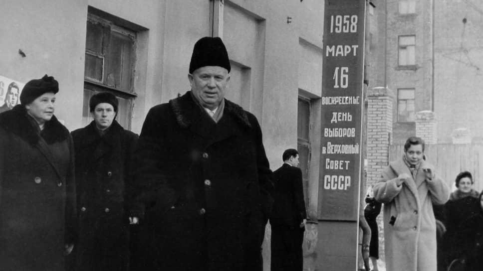 «Он все еще, кажется, смотрит на внешний мир или, по крайней мере, на Запад через красные очки, изготовленные Марксом» (на фото — Н.С.Хрущев после голосования на выборах. Москва, 16 марта 1958 года)