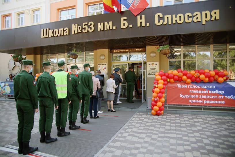Ростов-на-Дону. Военнослужащие в очереди перед входом на избирательный участок