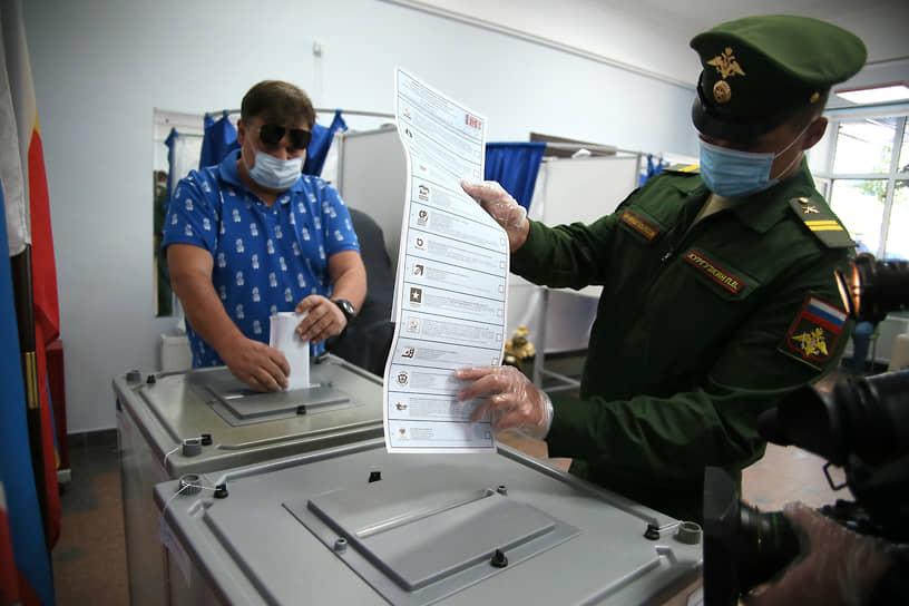 Ростов-на-Дону. Военнослужащий во время голосования на избирательном участке в помещении средней школы №53